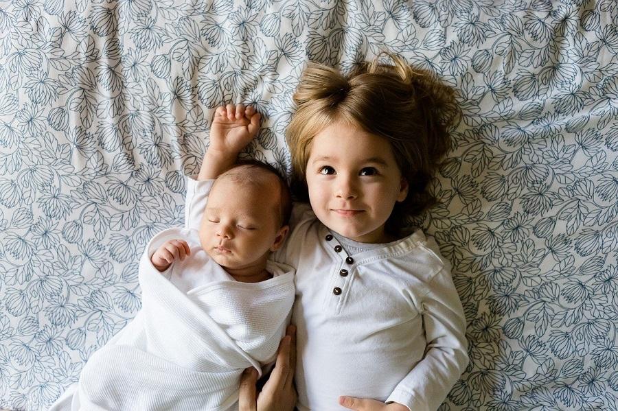 ベットに寝転ぶ姉妹