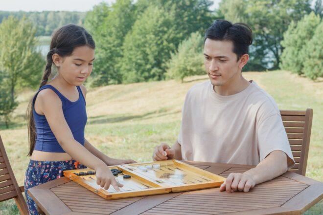 ボードゲームで遊ぶ男性と子供