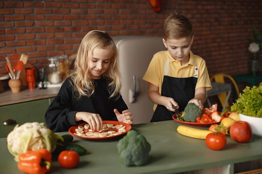 野菜を使って料理をする子供達