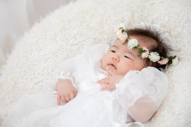 白いドレスの赤ちゃん