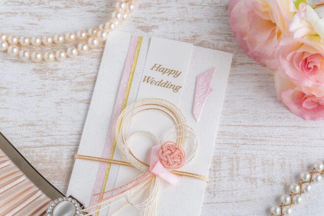 ご祝儀袋と花束とパールのネックレス