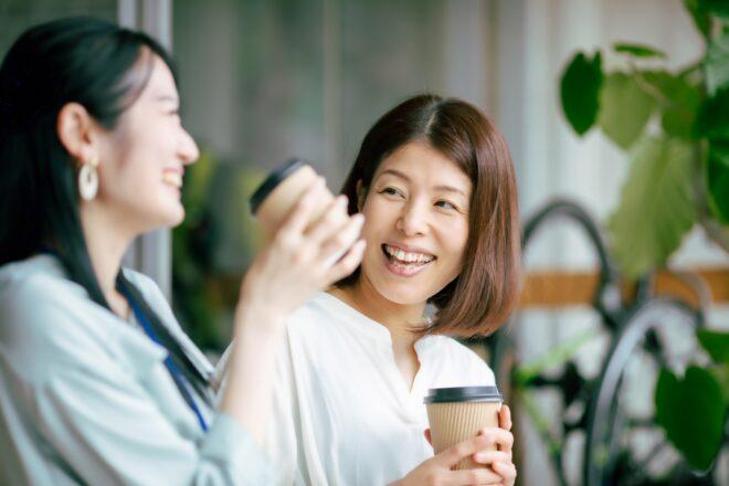 カフェで笑顔の女性2人