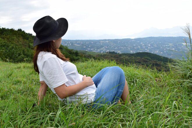 草原でくつろぐ妊婦