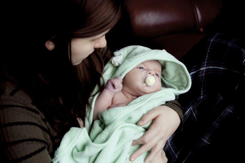 正しい抱き方で赤ちゃんを抱っこする女性