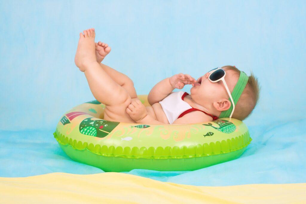 夏の肌着姿の赤ちゃん