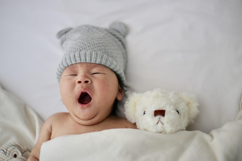 肌着を着ていない冬の赤ちゃん